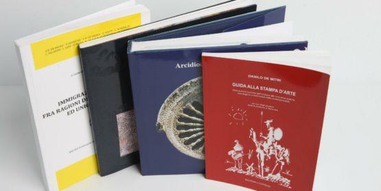 Cataloghi e libri stampati e rilegati con finiture differenti